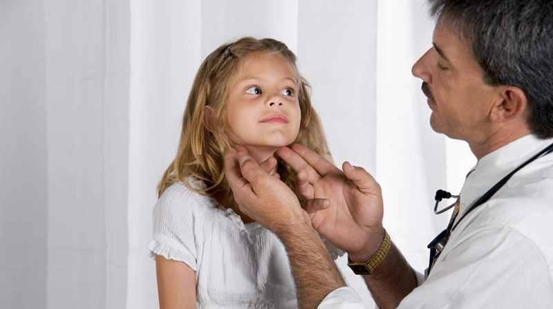 При кривошее детям сложно и больно поворачивать голову