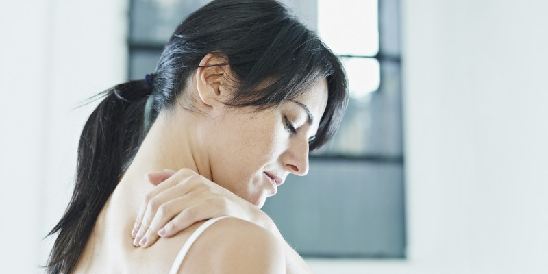Болит под правой лопаткой сзади со спины