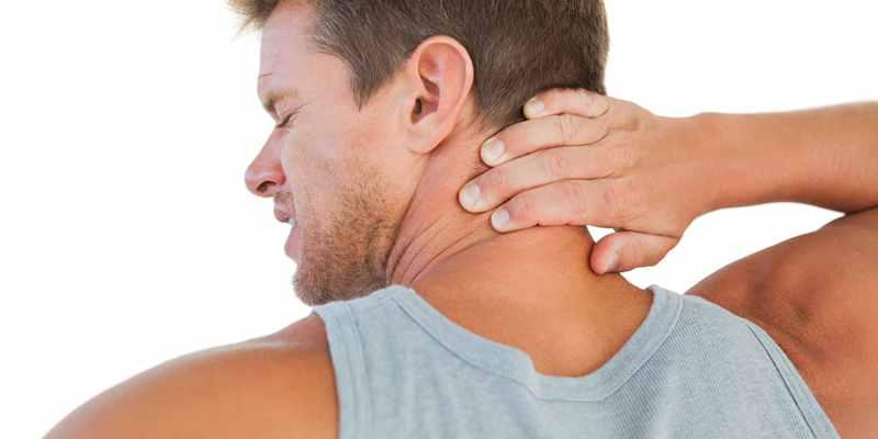 Причины появления боли в шее при повороте головы и методы лечения