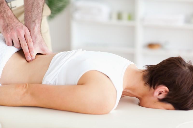 выполнение массажа поясницы