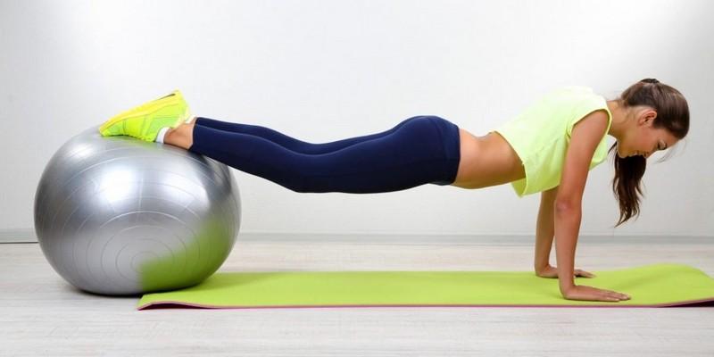 Упражнения на фитболе для позвоночника и живота